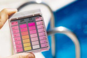 Der Chlorgehalt und PH-Wert werden gemessen. Sauberes Wasser im Pool